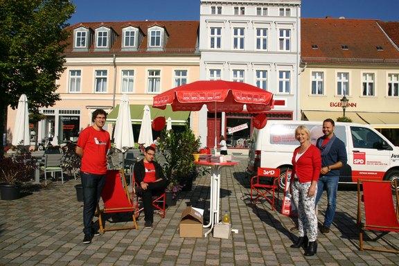 Wahlkampf-mit-den-Jusos-am-Schulplatz-Neuruppin.jpg