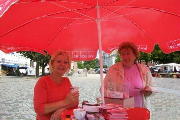 Infostand-Schulplatz-Neuruppin-mit-Heidi-Ahlers.jpg